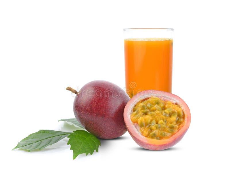 Passionfruktfruktsaft och passionfruit med gröna tjänstledigheter som isoleras på vit bakgrund royaltyfri foto