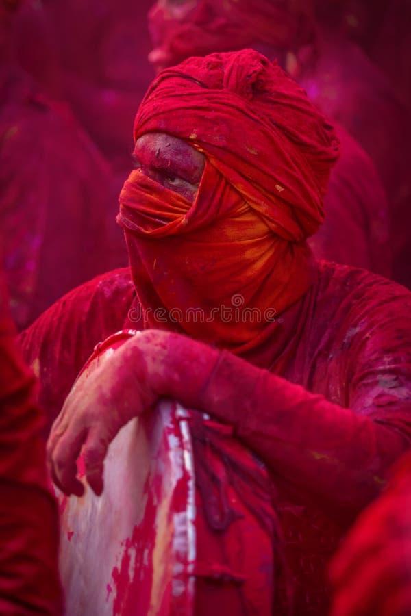 Passionné jouant des tambours pendant le Samaj au temple de nandgaon au festival de Holi, Uttar pradesh, Inde images libres de droits