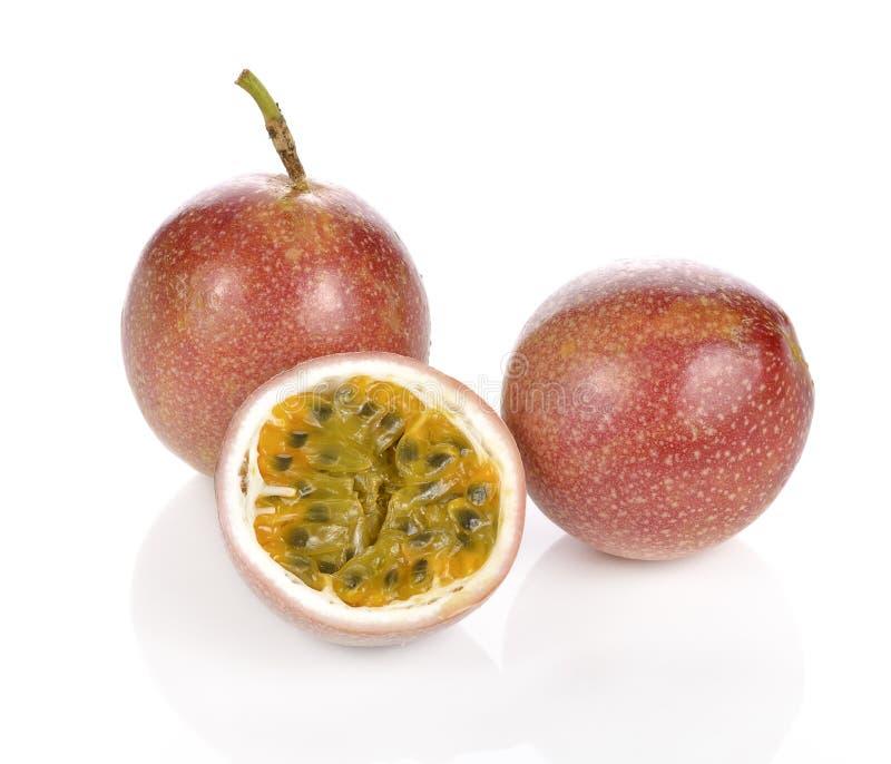 Passionsfrucht getrennt auf weißem Hintergrund stockfoto