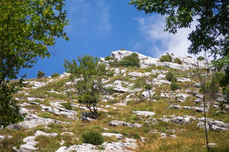 PASSO DEL VESTITO, MASSA KARARYJSKI WŁOCHY, LIPIEC, - 5, 2019: Krajobraz typowy wysocy Apuan Alps nad Massa Kararyjski obrazy royalty free