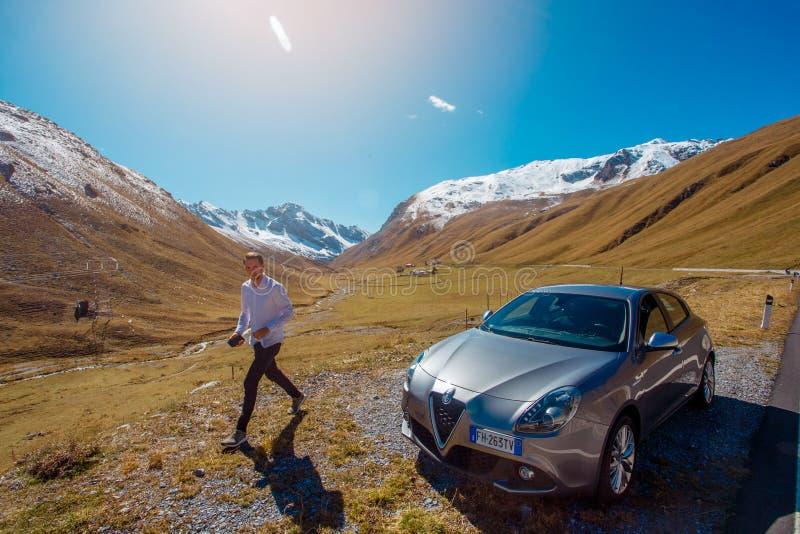 Passo dello Stelvio, Włochy, 21st Wrzesień 2017: Obsługuje odprowadzenie blisko Alfa Romeo Giulietta samochodu przy midday na pla zdjęcie royalty free