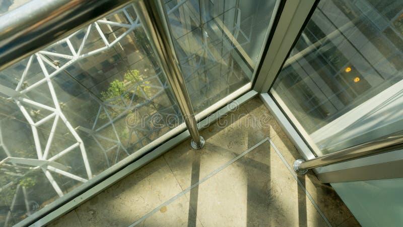 Passo do elevador - tiro médio do elevador que levanta acima foto de stock royalty free