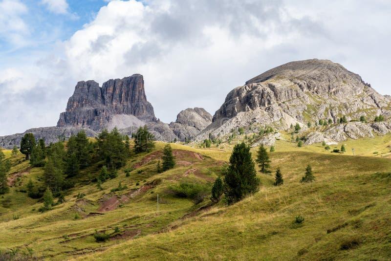 Passo Falzarego al giorno soleggiato di autunno ALPI DELLA DOLOMIA, ITALIA immagine stock libera da diritti
