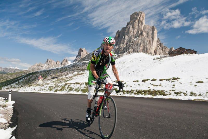 Passo Giao (ITÁLIA) o 30 de junho:  Maratona du Dolomities Raça fotos de stock royalty free