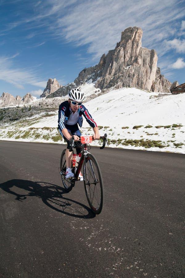 Passo Giao (ITÁLIA) o 30 de junho:  Maratona du Dolomities Raça imagem de stock royalty free