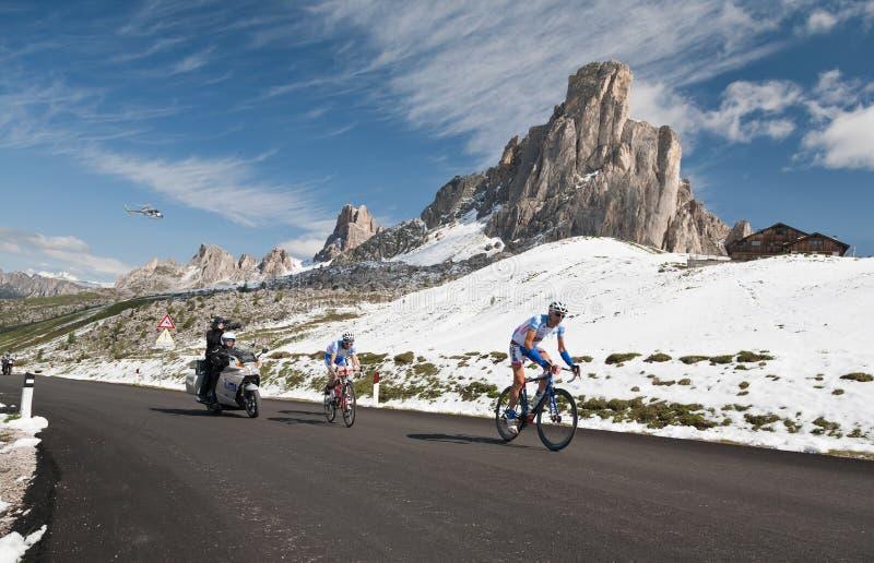 Passo Giau (ITÁLIA) o 30 de junho:  Maratona du Dolomities Raça fotos de stock