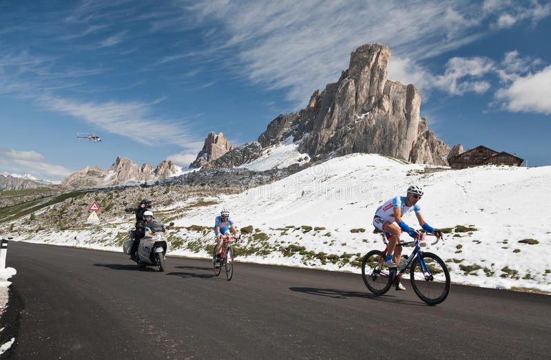 Passo Giau (ITÁLIA) o 30 de junho:  Maratona du Dolomities Raça imagem de stock