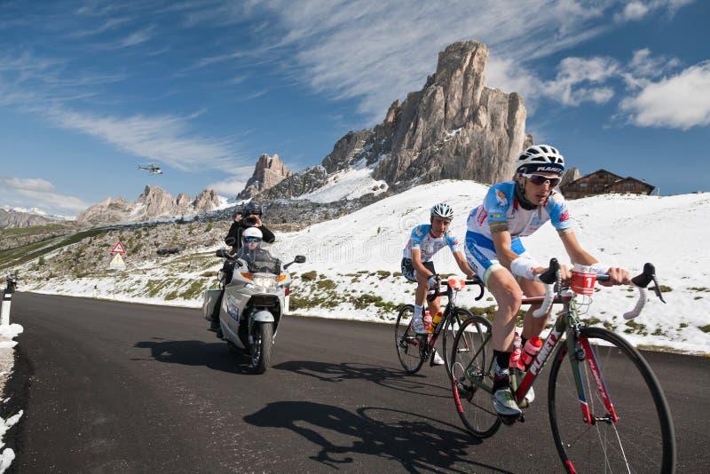 Passo Giau (ITÁLIA) o 30 de junho:  Maratona du Dolomities Raça fotografia de stock