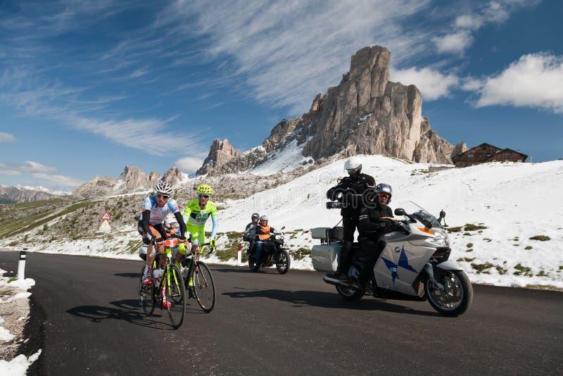 Passo Giau (ITÁLIA) o 30 de junho:  Raça da bicicleta das dolomites dos dles de Maratona fotografia de stock