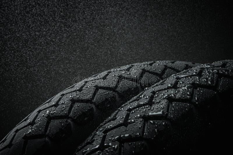 Passo molhado do pneu da motocicleta fotografia de stock