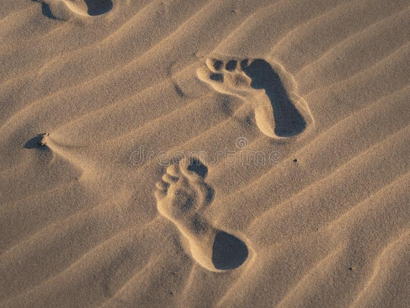 Passos na areia em uma praia foto de stock royalty free