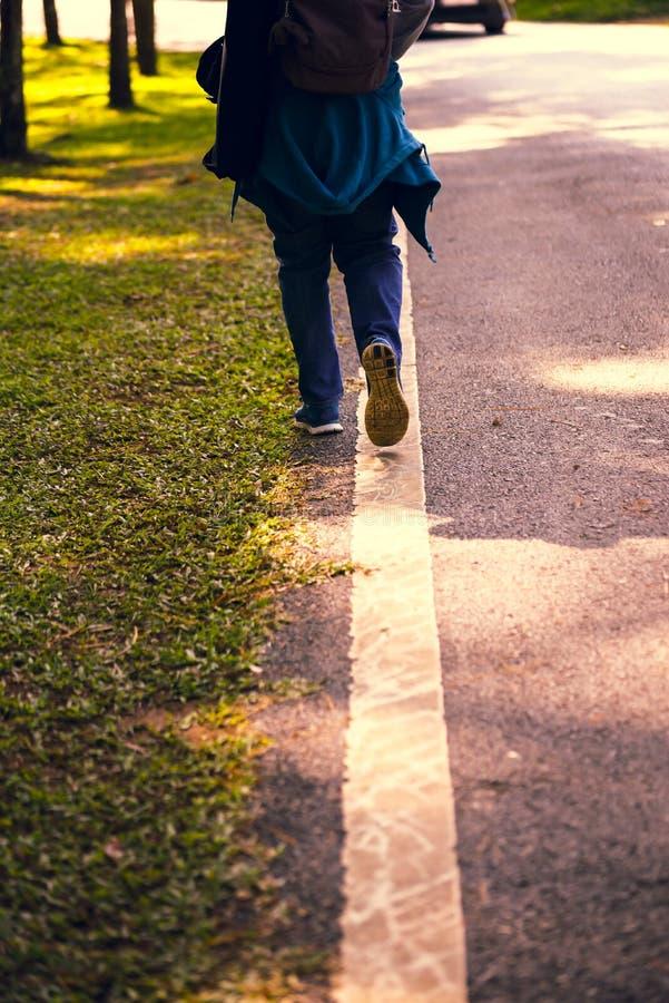 Passos que andam na estrada fotografia de stock