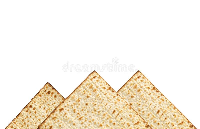 passover achtergrond met matzoh op wit dat wordt geïsoleerd als piramids stock foto
