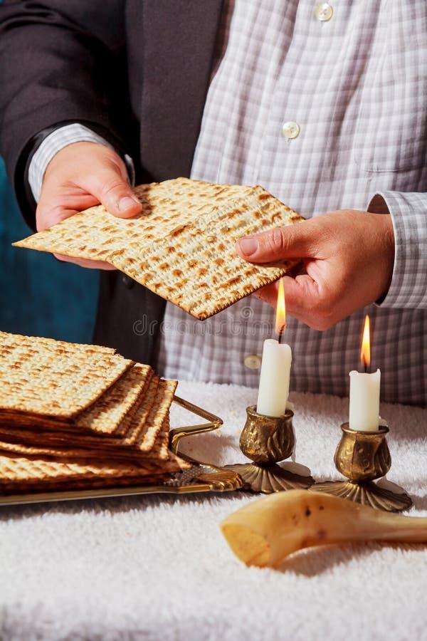 passover matzah is een traditioneel Joods vers brood van het Sabbatbrood De handen van mensen houden brood stock afbeelding