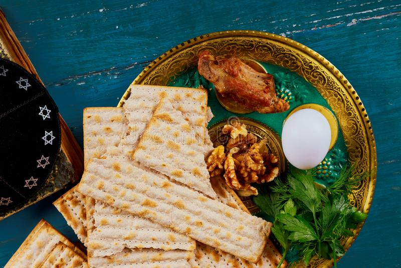 Passover matzoh żydowski wakacyjny chleb nad drewnianym stołem zdjęcie stock