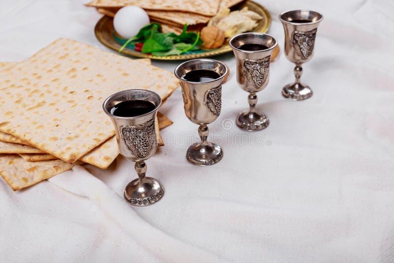 Passover matzoh żydowski wakacyjny chleb, cztery szkła koszernego wina nad drewnianym stołem obrazy royalty free