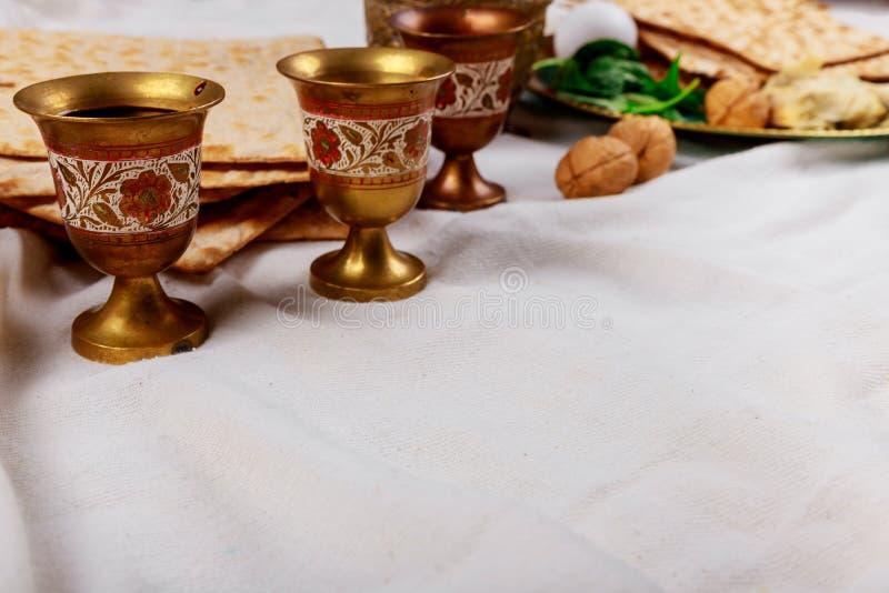Passover matzoh żydowski wakacyjny chleb, cztery szkÅ'a koszernego wina nad stoÅ'em zdjęcia stock