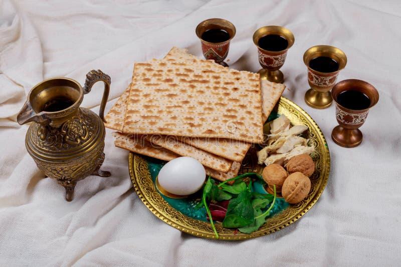 Passover matzoh żydowski wakacyjny chleb, cztery szkła koszernego wina nad stołem zdjęcia royalty free