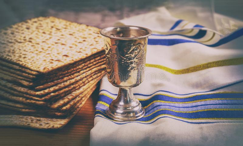 Passover matzoh i wina żydowska wakacyjna chlebowa drewniana deska obrazy stock