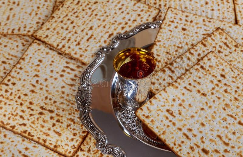 Ψωμί διακοπών Passover matzoh εβραϊκό, kosher κρασί γυαλιών πέρα από τον ξύλινο πίνακα στοκ φωτογραφίες με δικαίωμα ελεύθερης χρήσης