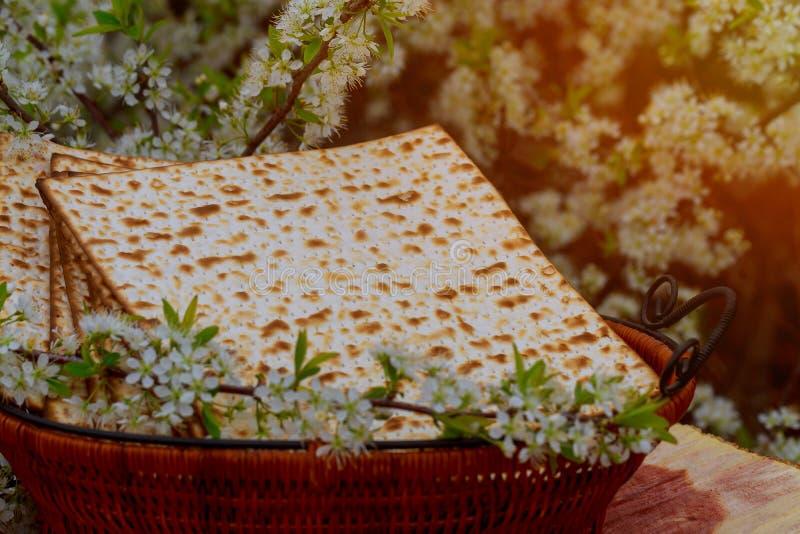 Passover matzoh ?ydowski wakacyjny chleb nad sto?em obrazy stock