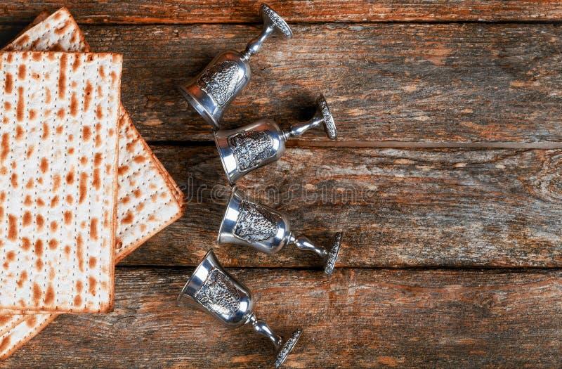 Passover tło cztery szkła wina i matzoh żydowski wakacyjny chleb nad drewnianą deską zdjęcia royalty free