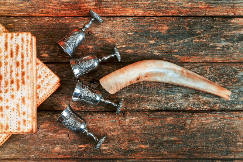 Passover tło cztery szkła wina i matzoh żydowski wakacyjny chleb nad drewnianą deską obraz stock