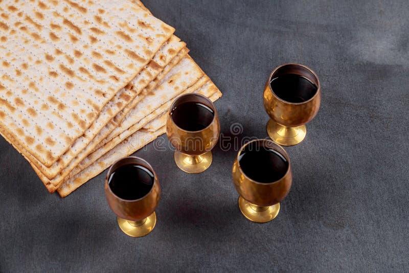 Passover tło cztery szkła wina i matzoh żydowski wakacyjny chleb nad drewnianą deską fotografia royalty free