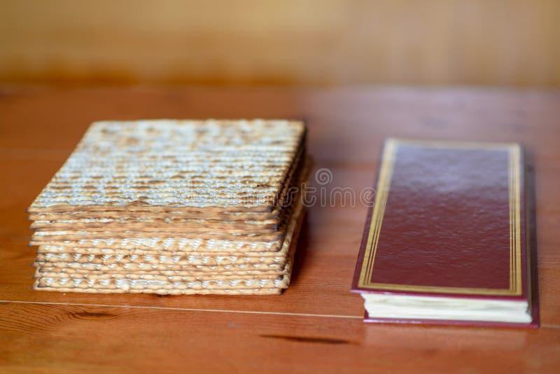 passover Tabla tradicional del seder fijada para un Haggadah festivo judío del matzah y de la pascua judía de la comida fotografía de archivo libre de regalías