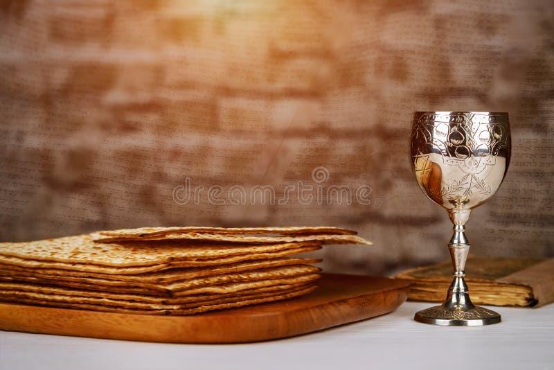 Passover wakacyjny pojęcie z winem i matzoh nad nieociosanym tłem z kopii przestrzenią fotografia royalty free