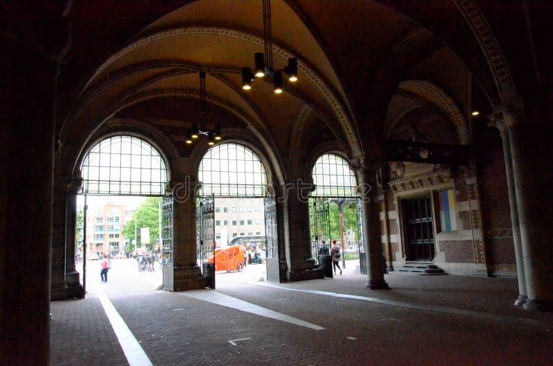 Passsage sotto un monumento storico a Amsterdam fotografia stock