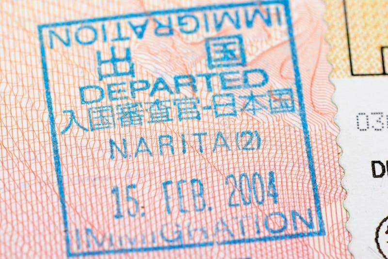 Passsida med stämpeln för kontroll för Japan avvikelseinvandring på den Narita flygplatsen royaltyfri fotografi