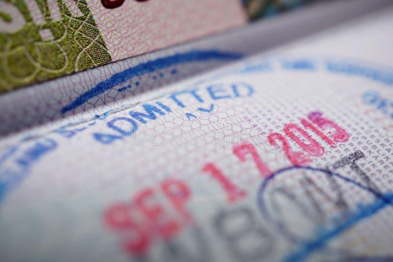 Passstämpeln med en överskrift medgav i blått färgpulver som en del av visumsidan royaltyfri fotografi