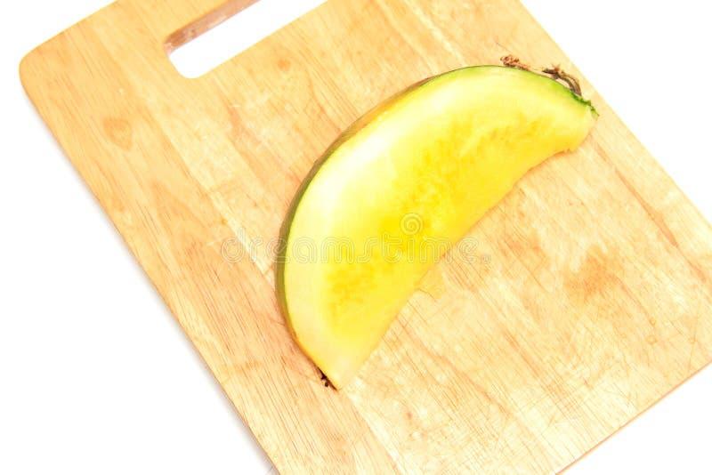 Pastèque coupée en tranches avec la chair jaune sur un fond blanc photo libre de droits