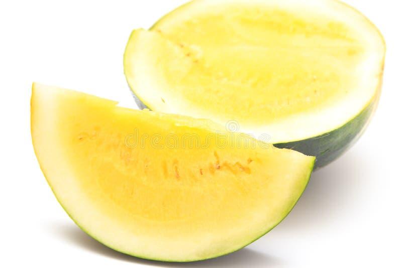 Pastèque coupée en tranches avec la chair jaune sur un fond blanc photographie stock libre de droits