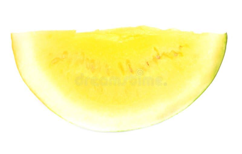Pastèque coupée en tranches avec la chair jaune sur un fond blanc photos stock