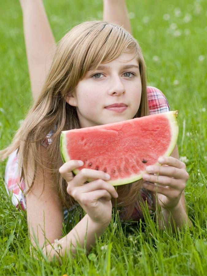 pastèque d'adolescent de fille photographie stock libre de droits