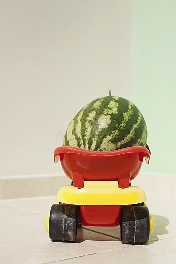 Pastèque dans une voiture de jouet photographie stock