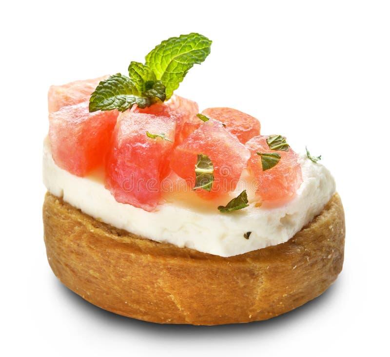 Pastèque et fromage de halloumi sur dakos photos libres de droits