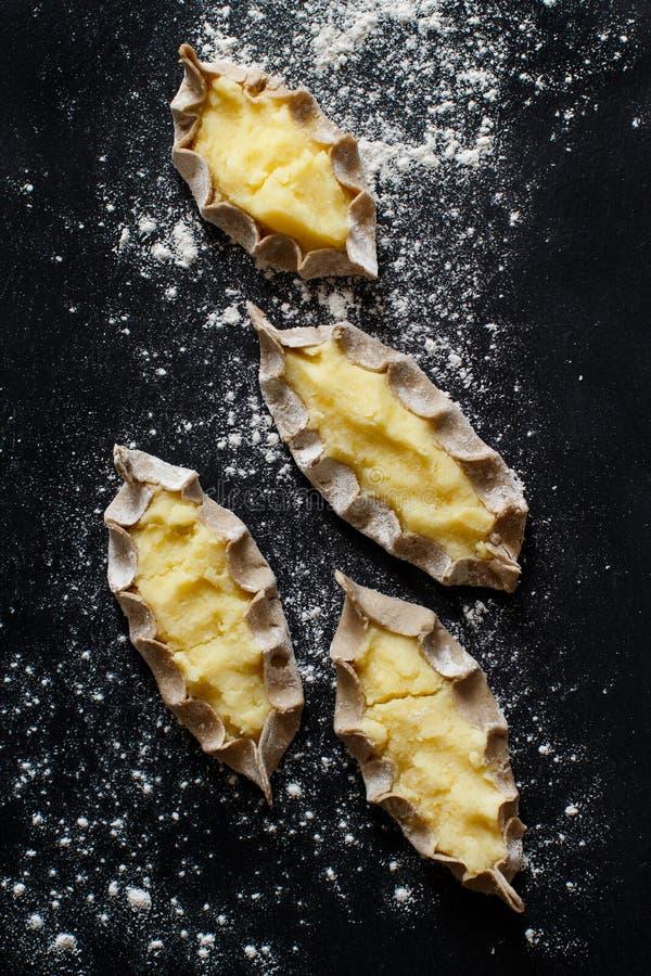 Pastéis carelianos tradicionais com batatas fotos de stock