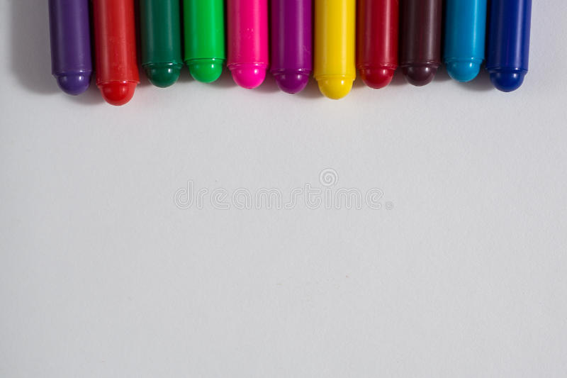 Pastéis coloridos e uma folha de papel, creativit do conceito do caderno fotos de stock