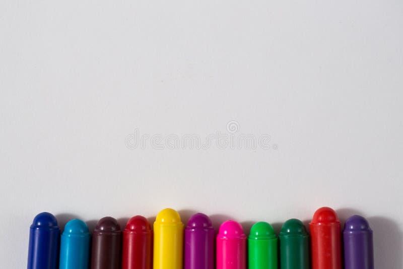 Pastéis coloridos e uma folha de papel, creativit do conceito do caderno imagem de stock