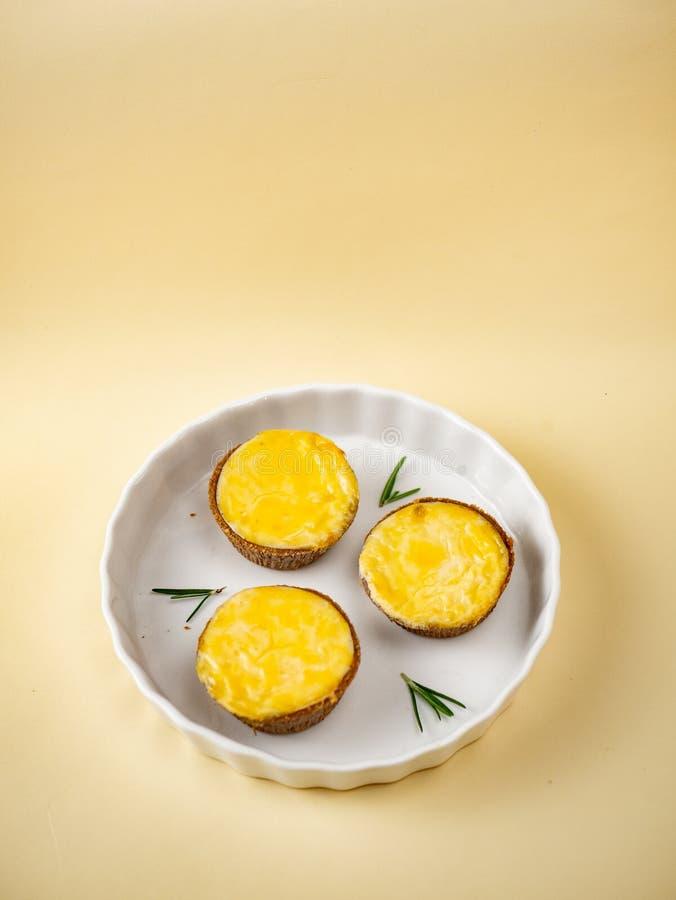 Pastéis de nata portugueses cozidos do ovo imagem de stock
