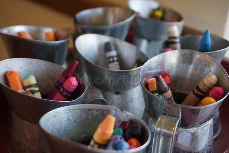 Pastéis em mini latas do leite fotografia de stock