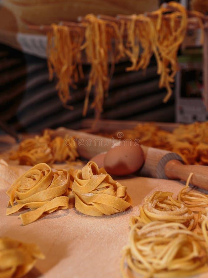 Pasta, ägg, mjöl och kavel för okokt tagliatelle italiensk royaltyfri foto