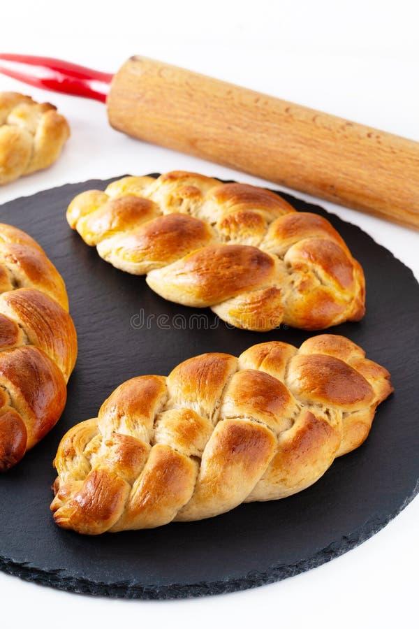 Pasta al forno fresca del challah della treccia del pane di concetto casalingo dell'alimento sulla pietra nera dell'ardesia con l fotografia stock libera da diritti