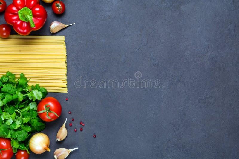 Pasta asciutta e ingredienti alimentari freschi per cucinare immagine stock