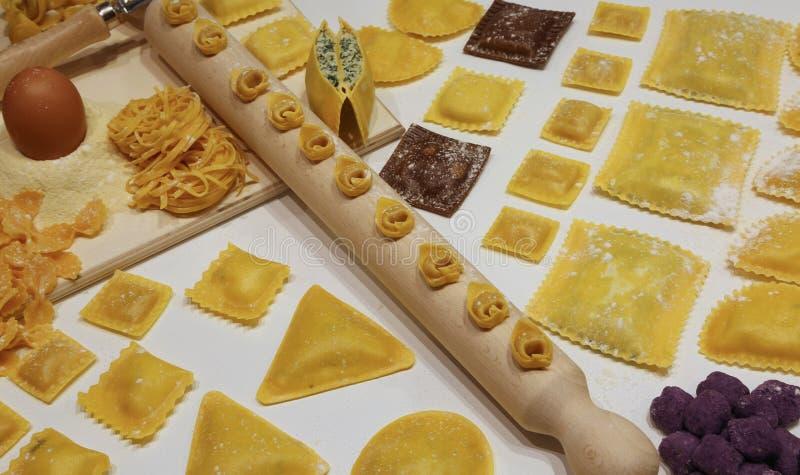 pasta av många format med träkavlen och tortellini och r arkivfoton