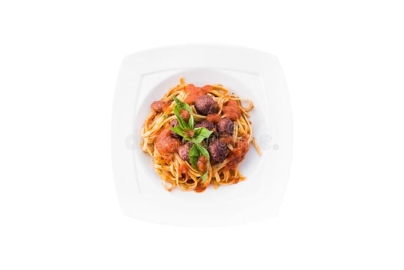 Pasta bolognese con salsa al pomodoro, manzo tritato, aglio, basilico sul piatto bianco Spaghetti isolati su priorità bassa bianc fotografie stock libere da diritti