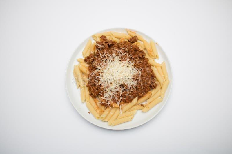 Pasta bolognese isolata su un fondo bianco fotografia stock libera da diritti